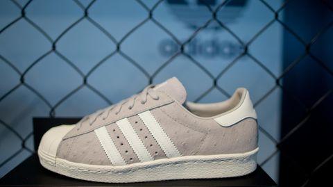 Schuh mit drei seitlichen Querstreifen von Adidas
