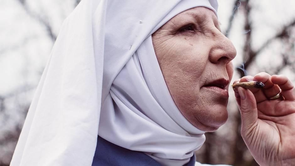 """Schwester Kate von den """"Sisters of the Valley"""" nimmt einen Zug von ihrem Joint."""