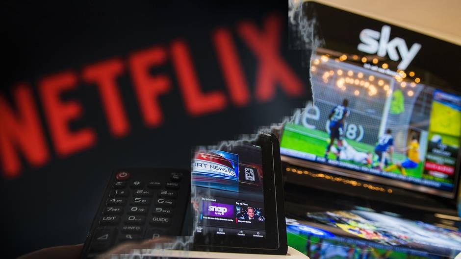 Die Logos von Sky und Netflix sind auf einem Foto zu sehen