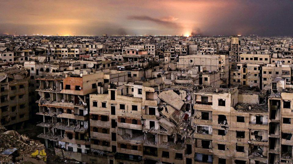 Hinten explodieren Bomben, vorn stehen nur noch Häusergerippe. Ein Blick über die Vorortlandschaft der Ghuta, nur wenige Kilometer vom Zentrum von Damaskus entfernt
