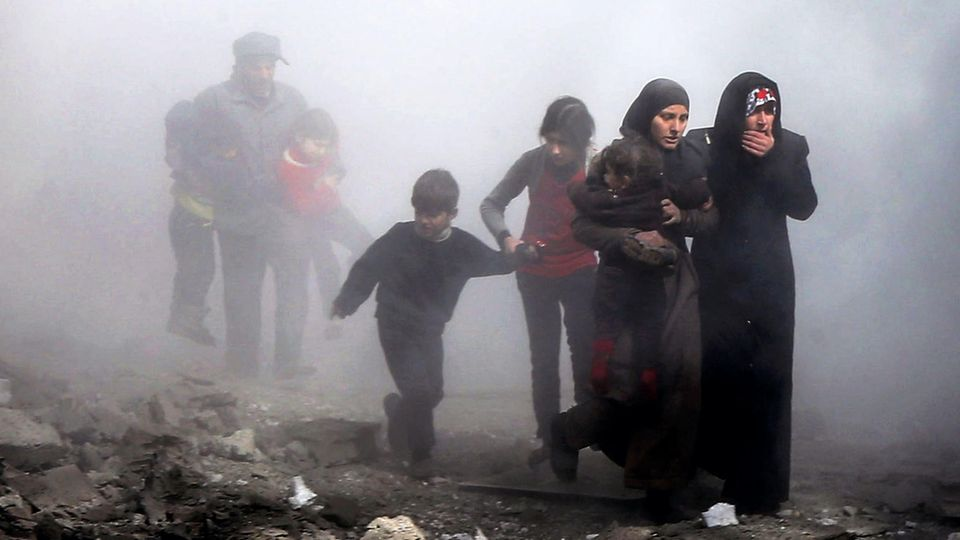 Kinder und Frauen versuchen, sich vor den Bombardements durch syrische und russische Kampfjets in Sicherheit zu bringen