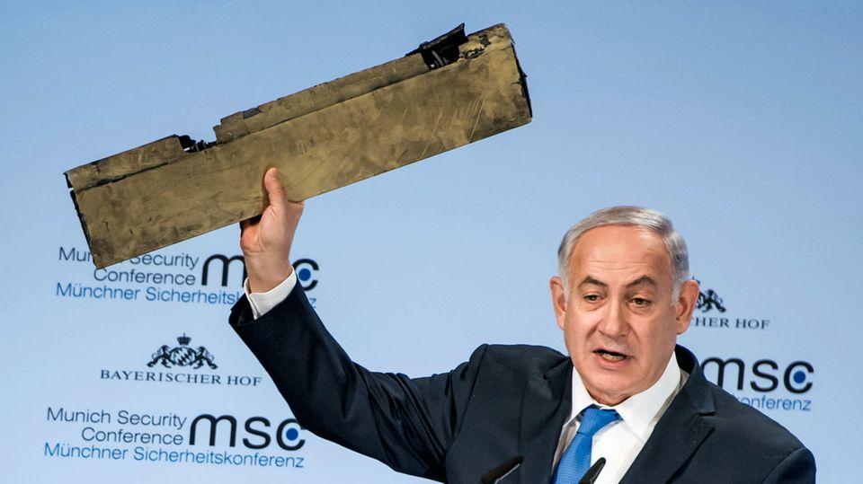 Israels Premier Benjamin Netanyahu präsentiert in München ein angebliches Teil einer iranischen Drohne, abgeschossen über Israel