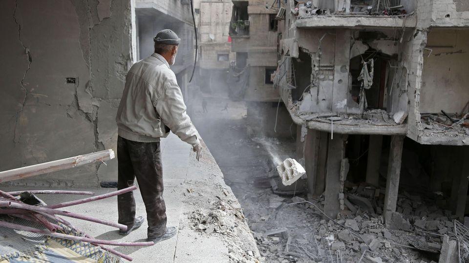Nur noch Trümmer: Ein Mann blickt aus einem einstigen Wohnhaus in der Ghuta