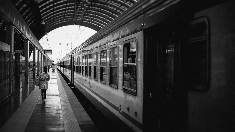 Ein Zug an einem Bahnhof. Bald können einige, die dank der EU damit kostenlos durch Europa fahren.