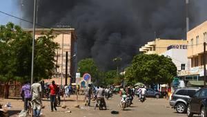 In Ouagadougou, der Hauptstadt Burkina Fasos, steigen dicke Rauchwolken auf