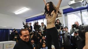 Italien: Berlusconi von Oben-ohne-Aktivistin beim Wählen empfangen