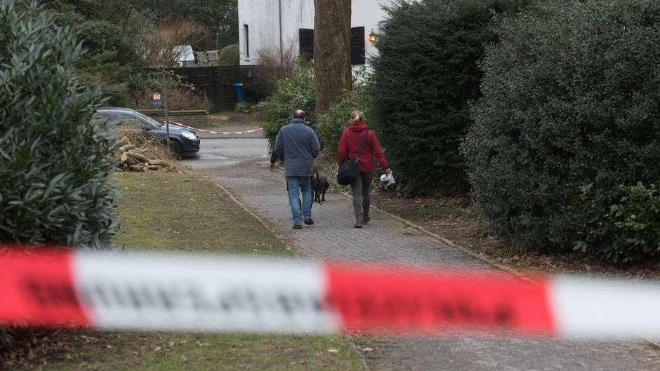 Polizisten untersuchen den Ort der Säure-Attacke auf einen Innogy-Manager in Haan bei Düsseldorf