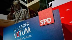 SPD-Mitgliedervotum-Logo mit Willy-Brandt-Statue im Hintergrund
