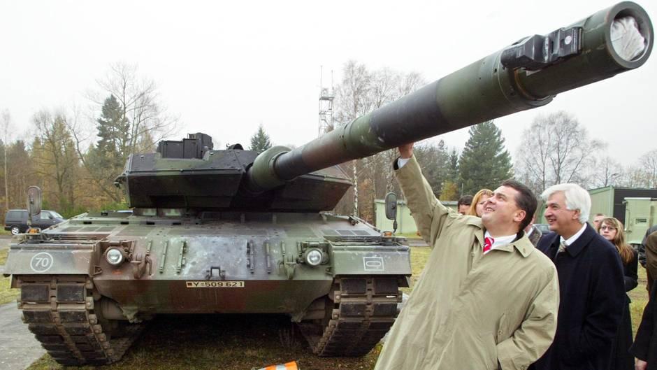 Sigmar Gabriel (l.) 2002 auf einem Werksgelände von Rheinmetall