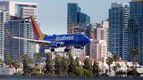 Im Landeanflug auf den San Diego International Airport: eine Boeing 737 von Southwest Airlines. Der US-Billigflieger ist mit mehr als 700 Exemplaren der größte Betreiber der 737.
