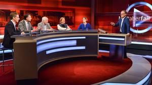 """""""Hart aber fair""""-Moderator Frank Plasberg (r.) mit seinen Gästen"""
