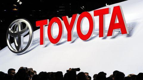 Roter Toyota-Schriftzug