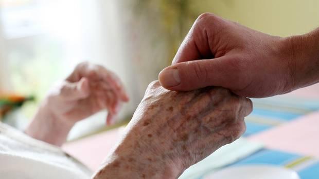 Liebevolle Pflege sollte der 36-Jährige leisten, stattdessen fiel er durch aggressives Verhalten gegenüber Patienten auf. (Symbolbild)