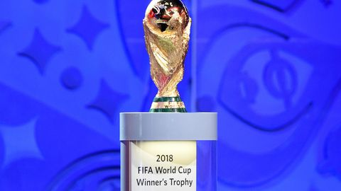 WM-Pokal während der Auslosung der Qualifikationsgruppen