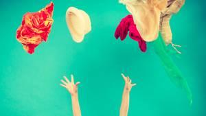 Kleiderschrank - Mädchen wirft Kleidung in die Luft