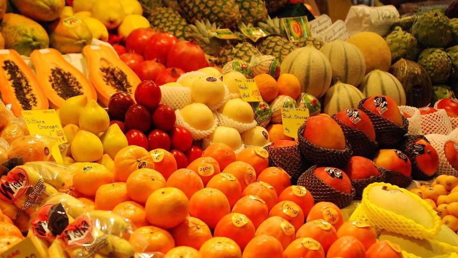 Supermarktauslage mit verschiedenem Obst