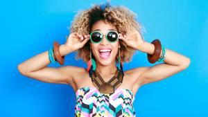 Junge Frau mit Sonnenbrille und Sommerkleid