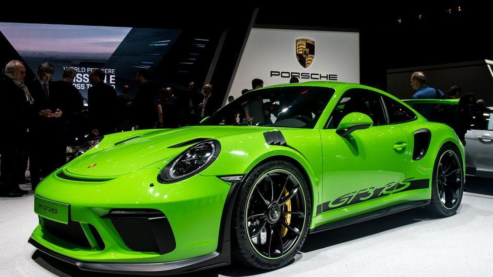 Die Welt und vor allem die Autokunden wartet auf eine Antwort auf die Dieselkrise und bekommt statt dessen PS-Boliden wie den Porsche 911 GT3RS präsentiert.