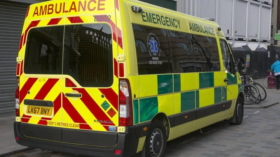 Ein Rettungswagen steht in London auf der Straße.
