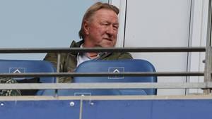 Horst Hrubesch auf der Tribüne beim Hamburger SV