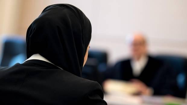 Die Jurastudentin Aqilah S. sitzt mit Kopftuch vor Verhandlungsbeginn im bayerischen Verwaltungsgerichtshof.