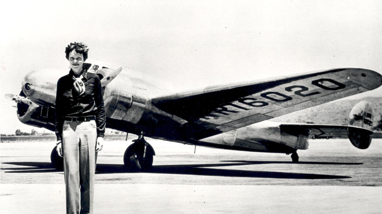 Amelia Earhart vor der Lockheed Electra, in der sie im Juli 1937 verschwand.
