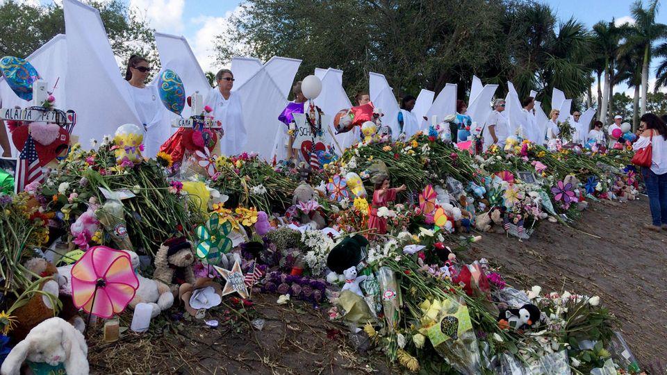 Zur Rückkehr der Schüler in die Highschool stellen Erwachsene die 17 Opfer als Engel dar