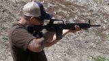 Die Waffe produziert nur einen geringen Rückstoß - das Auslaufen des Feuerstoßes bleibt daher aus,