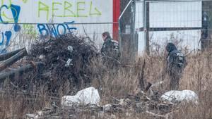 Polizisten durchsuchen ein Baugrundstück in Berlin Alt-Hohenschönhausen