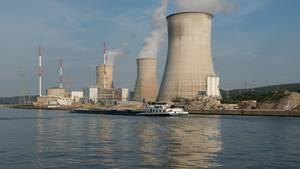 Blick vom Fluss Maas aus auf die drei Kühltürme des Kernkraftwerks Tihange in Belgien