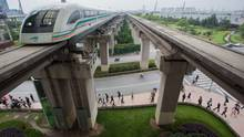Die Magnetschwebebahn in Schanghai beschleunigt auf 350 km/h.