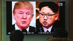 Fernseher zeigt Donald Trump und Kim Jong Un