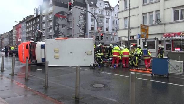 Nachrichten aus Deutschland: Foto vom umgestürzten Rettungswagen aus Dortmund