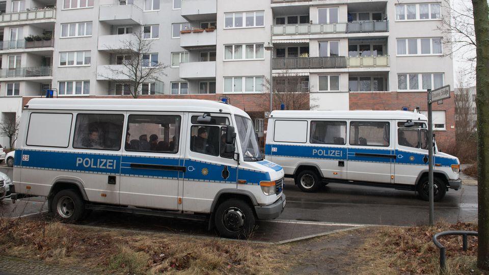 Polizeifahrzeuge stehen nach dem Tod eines 14-jährigen Mädchens in Berlin vor einem Wohnblock