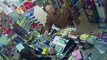 Eines der letzten Fotos von Sergej Skripal: Er kauft Lebensmittel in einem kleinen Shop in Salisbury