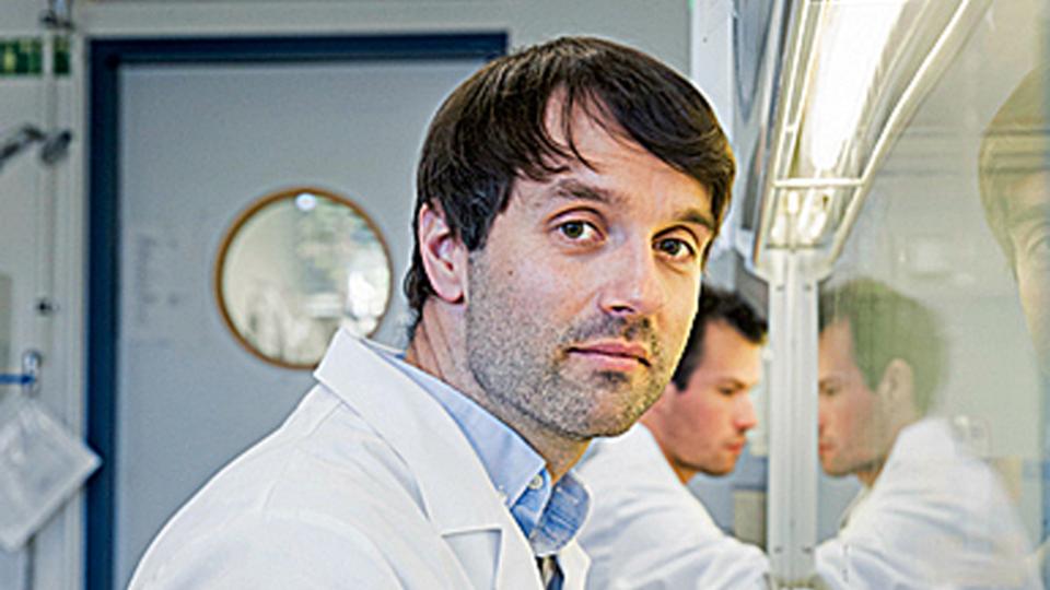 In seinem Labor bei Potsdam untersucht der Molekularbiologe André Kleinridders, warum einige Nährstoffe das Gehirn resistent gegen Insulin machen – ein Risikofaktor für Übergewicht, Krankheit und frühes Altern