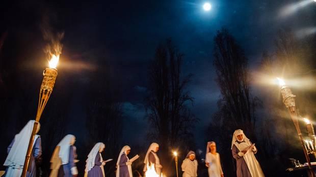 Die Nonnen feiern eine Mond-Zeremonie für die Novizinnen.