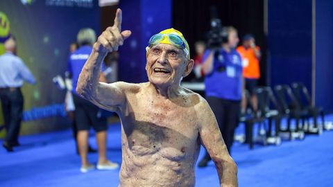 Der 99-jährige George Corones reckt nach seinem Weltrekord den Finger in die Höhe