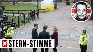 Hinter dem weiß-gelben Schirm steht die Parkbank, auf der Sergej Skripal und seine Tochter vergiftet gefunden wurden