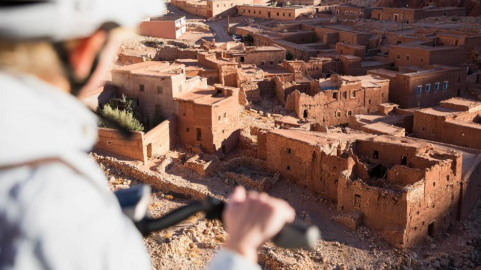 Ein zerfallenes marokkanisches Dorf, erbaut aus roten Lehmziegeln