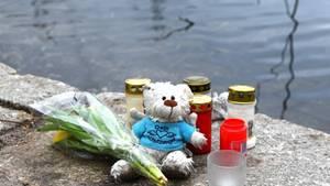 Blumen, Kerzen und ein Teddybär liegen am Weiher in Mannheim: Hier wurde im Januar ein totes Baby gefunden