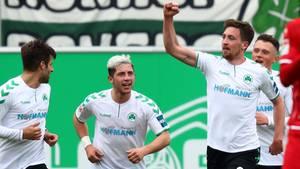 Mario Maloca (2.v.r) von der SpVgg Greuther Fürth jubelt über einen Treffer