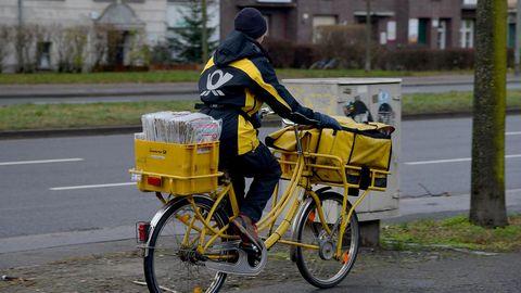 Ein Zusteller der Deutschen Post AG