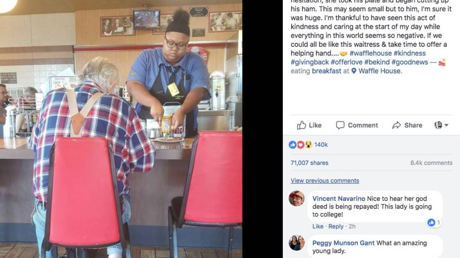 Eine Frau hilft einem alten Mann beim Essen