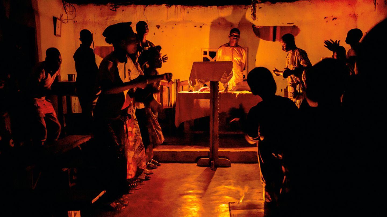 Ein Gottesdienst in einer evangelikalen Kirche in der Nähe des Ortes Allankpon. Nur der Altar ist spärlich beleuchtet