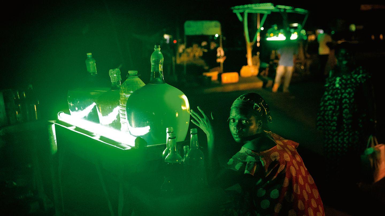 Eine Frau verkauft in Porto Novo aus Nigeria geschmuggelten Treibstoff. Damit werden auch die zahlreichen Generatoren in Benins Hauptstadt betrieben