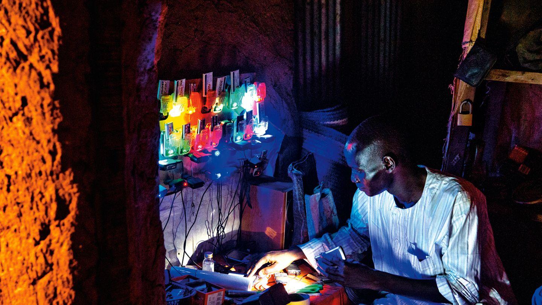 Ein Händler lädt ein Dutzend Handyakkus auf – ein lohnendes Geschäftsmodell in ländlichen Gegenden ohne Stromversorgung