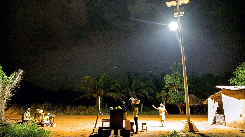 Mit dem vom Solarpaneel gespeisten Flutlicht beleuchten die Menschen in Allankpon ihren Brunnen