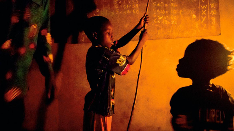Schule für Bruder und Schwester: Rogathien und Eveline üben das Einmaleins im Schummerlicht