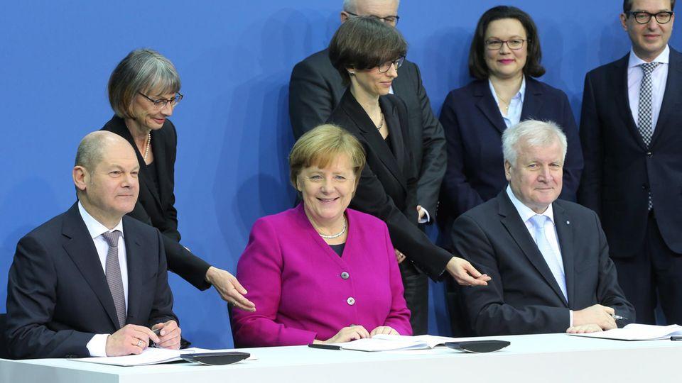Olaf Scholz (SPD, Angela Merkel (CDU) und Horst Seehofer (CSU, v.l.n.r.) haben den Koalitionsvertrag unterzeichnet